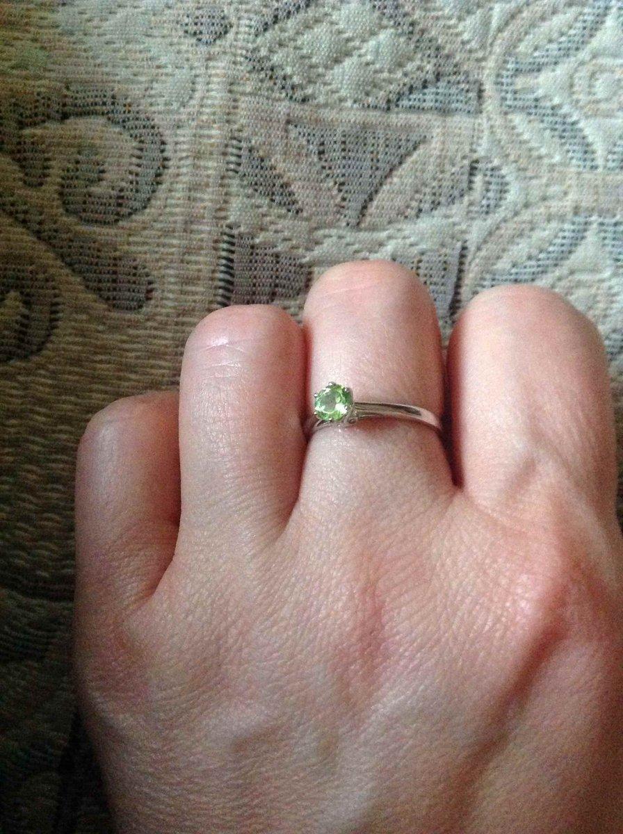 Кольцо с хризолитом.