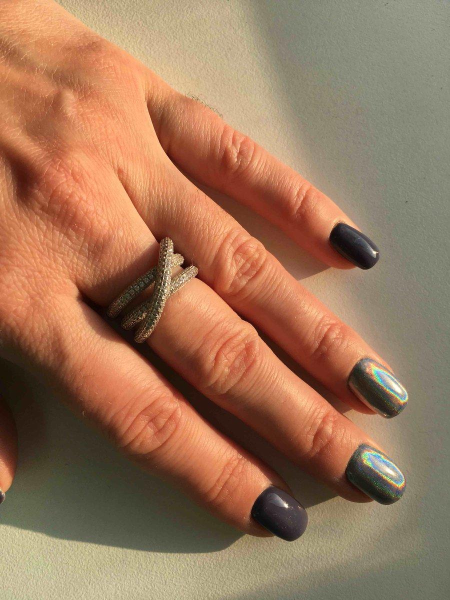 Красивое кольцо,переливается