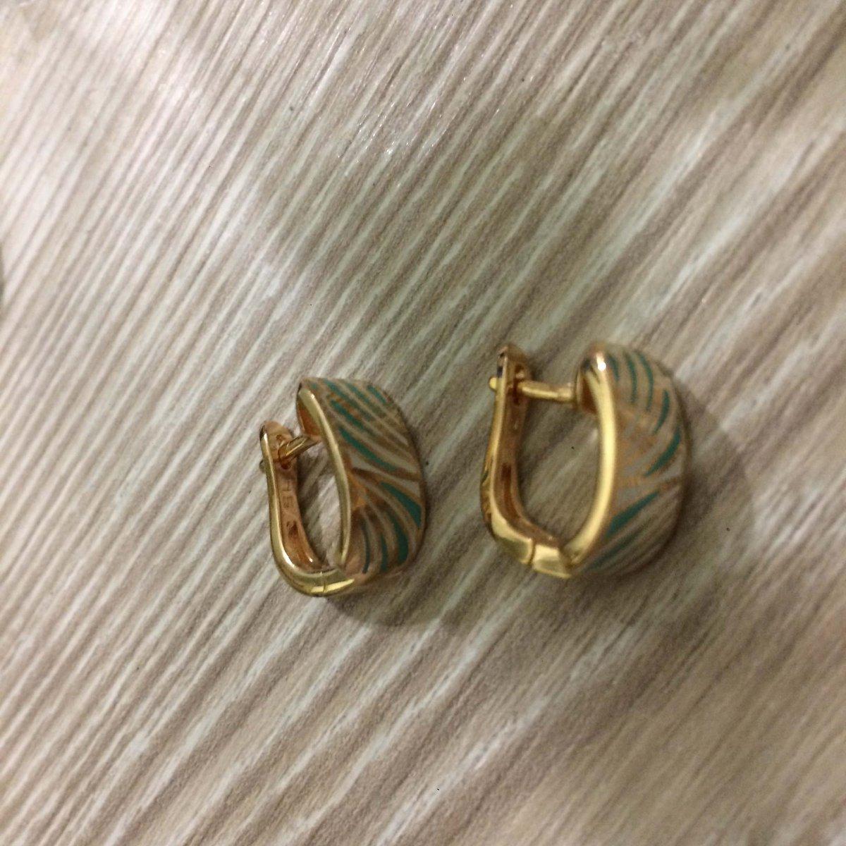 Класические серьги обрамленные бирюзовыми штрихами эмали