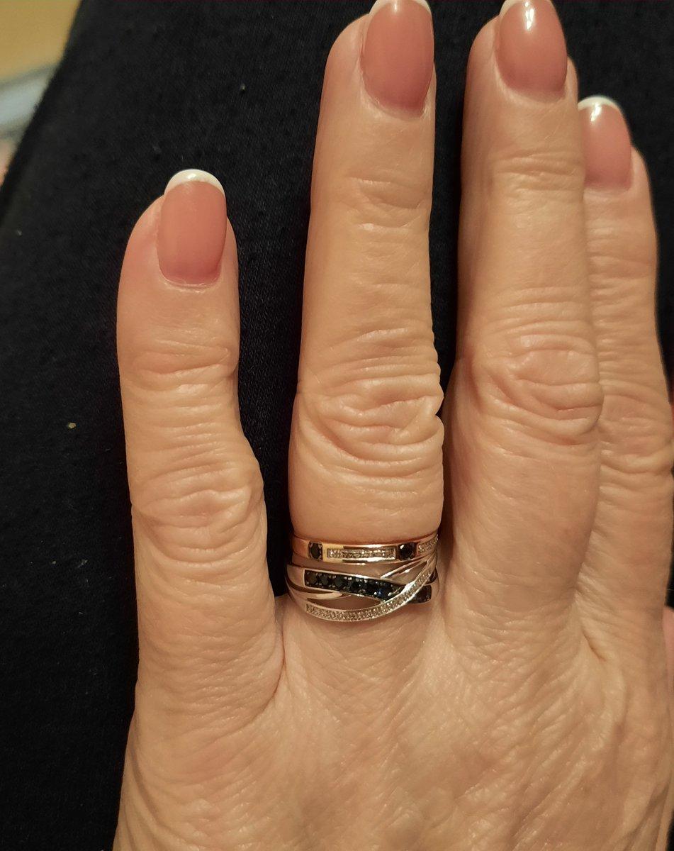 Золотое кольцо с сапфирами и бриллиантами.