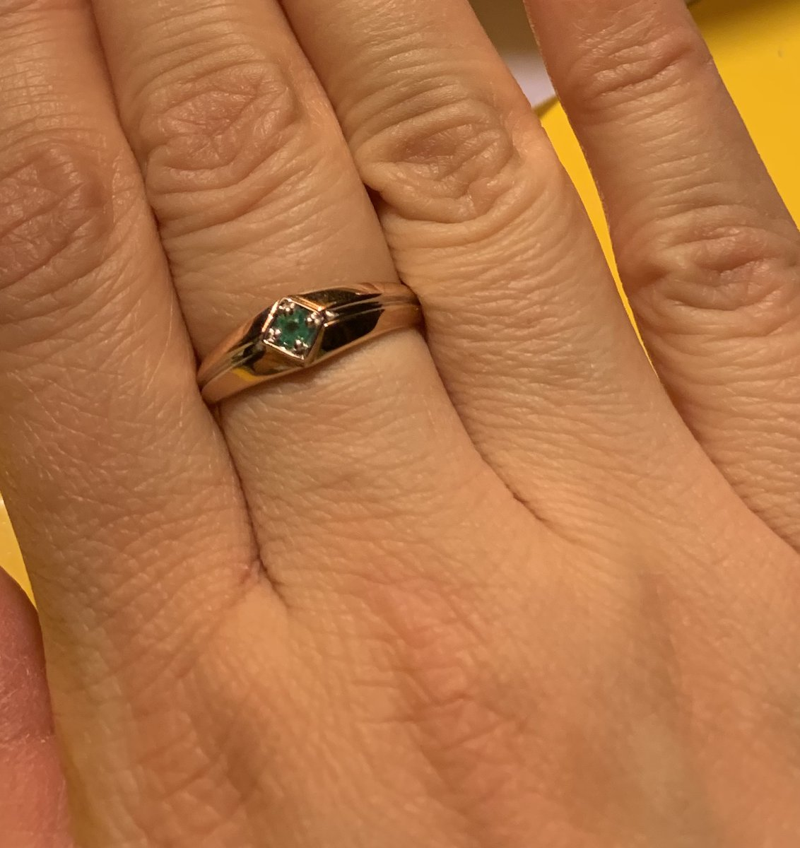 Золоте кольцо с изумрудом