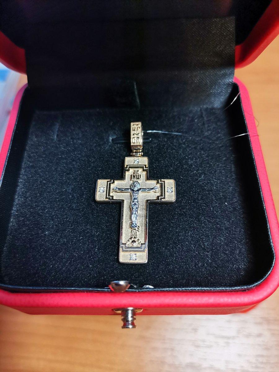 Золотой крестик с бриллиантами.