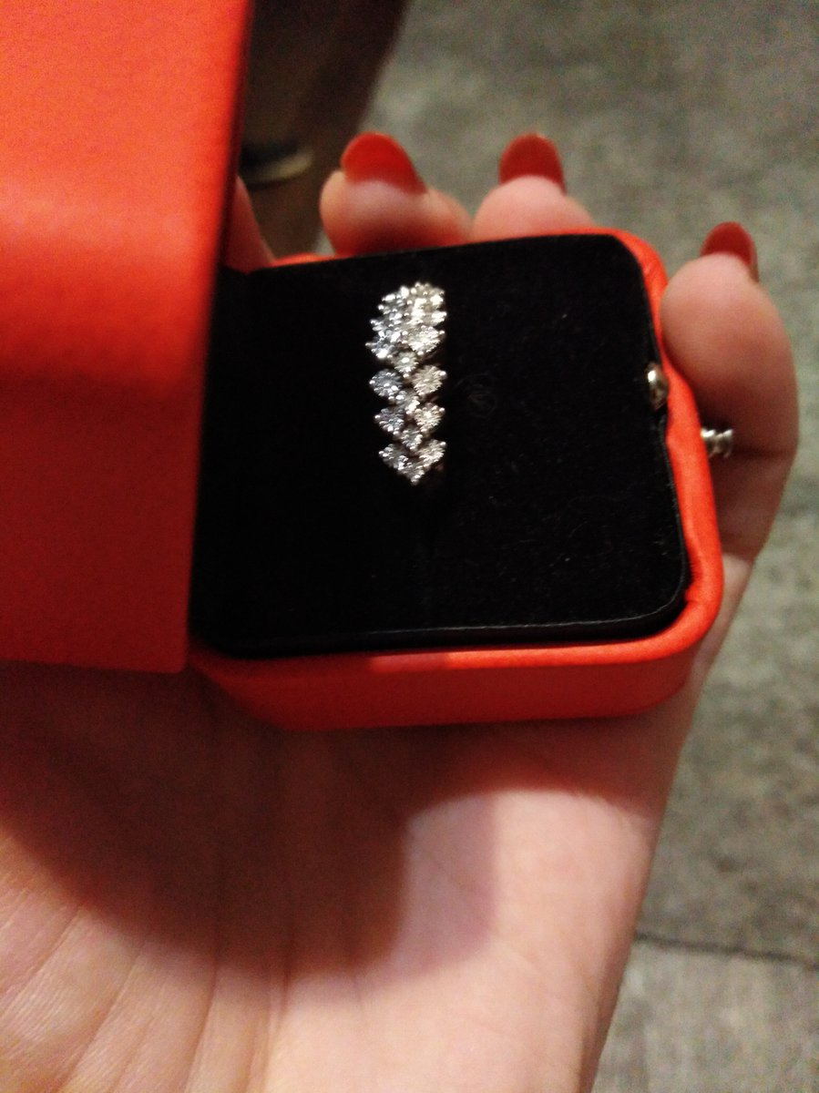 Первое кольцо с бриллиантоми.
