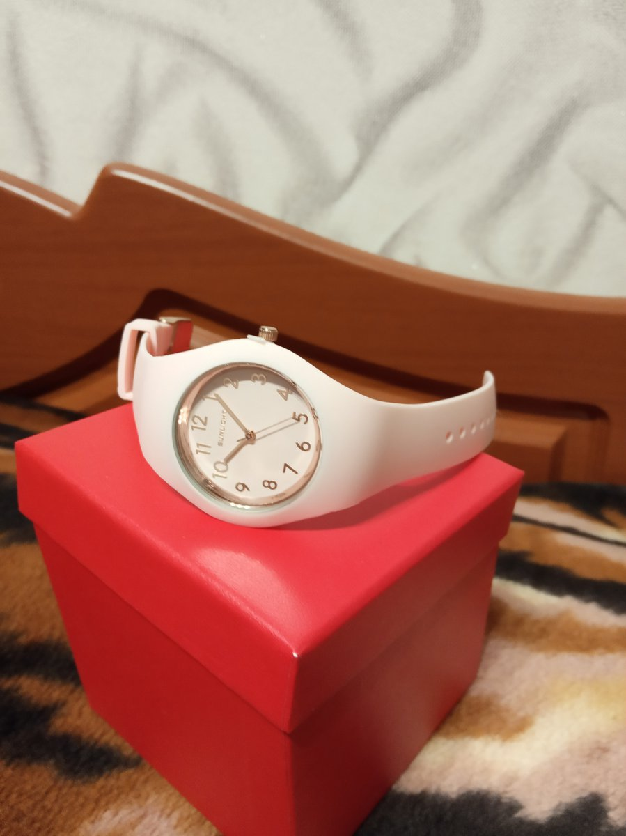 Часы женские на селиконовым браслете.