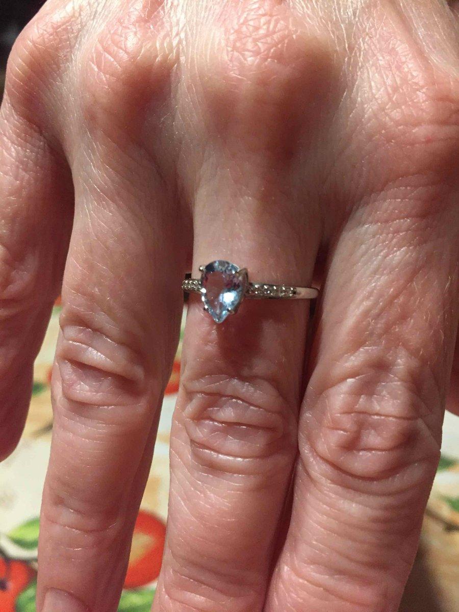 Кольцо очень красивое, блестит шикарно, купили комплект, снимать не хочется