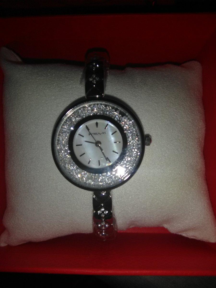 Часы с живыми кристаллами.
