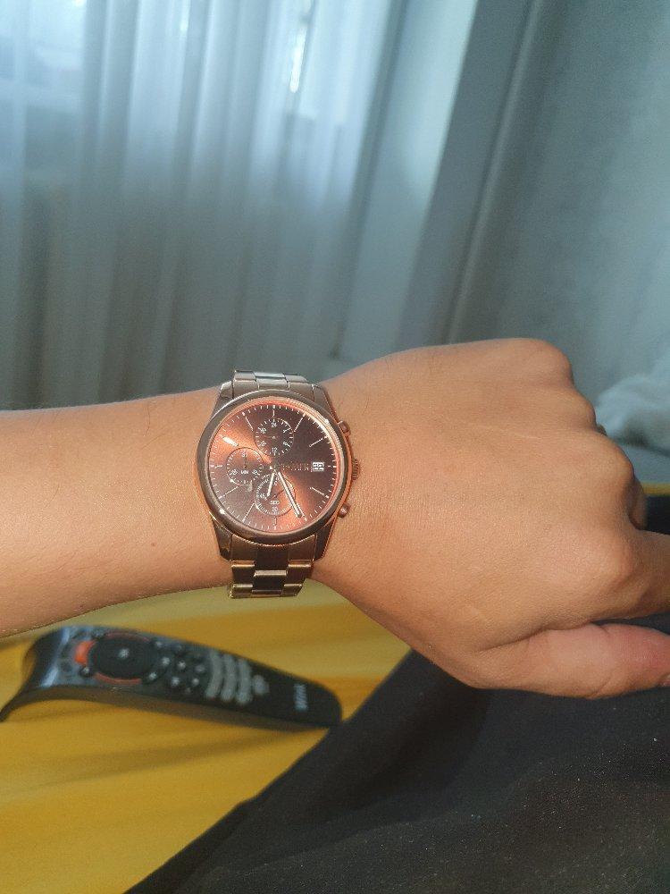 Часы золотистого цвета