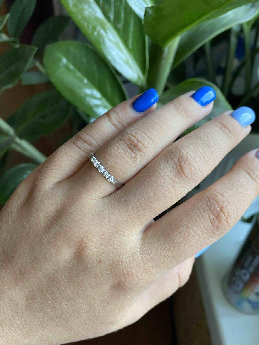 Отличное кольцо с пятью бриллиантами за небольшую цену.