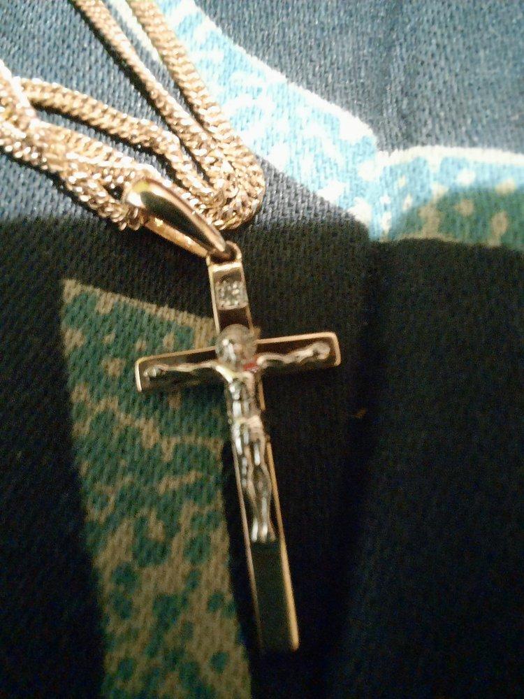 Крестик с маленьким бриллиантом.