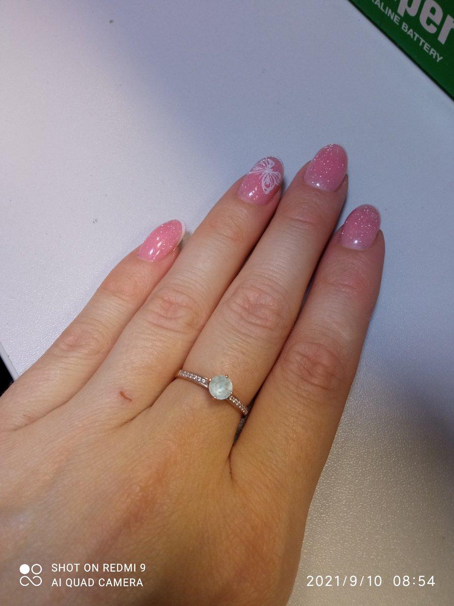 Золотое кольцо с топазами и фианитами.