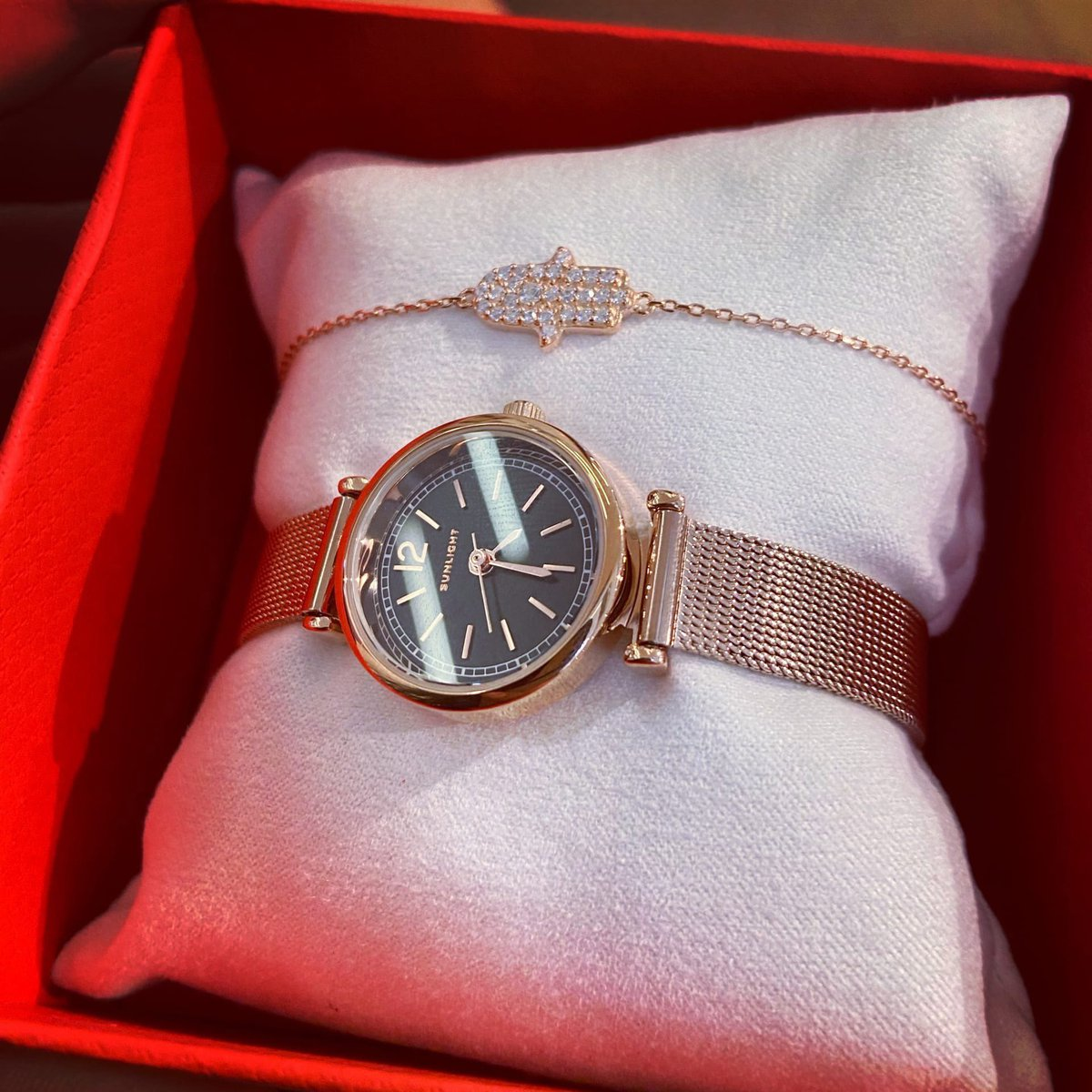 Часы и браслет.