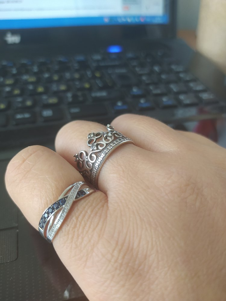 Кольцо из белого золота с сапфирами и бриллиантами.