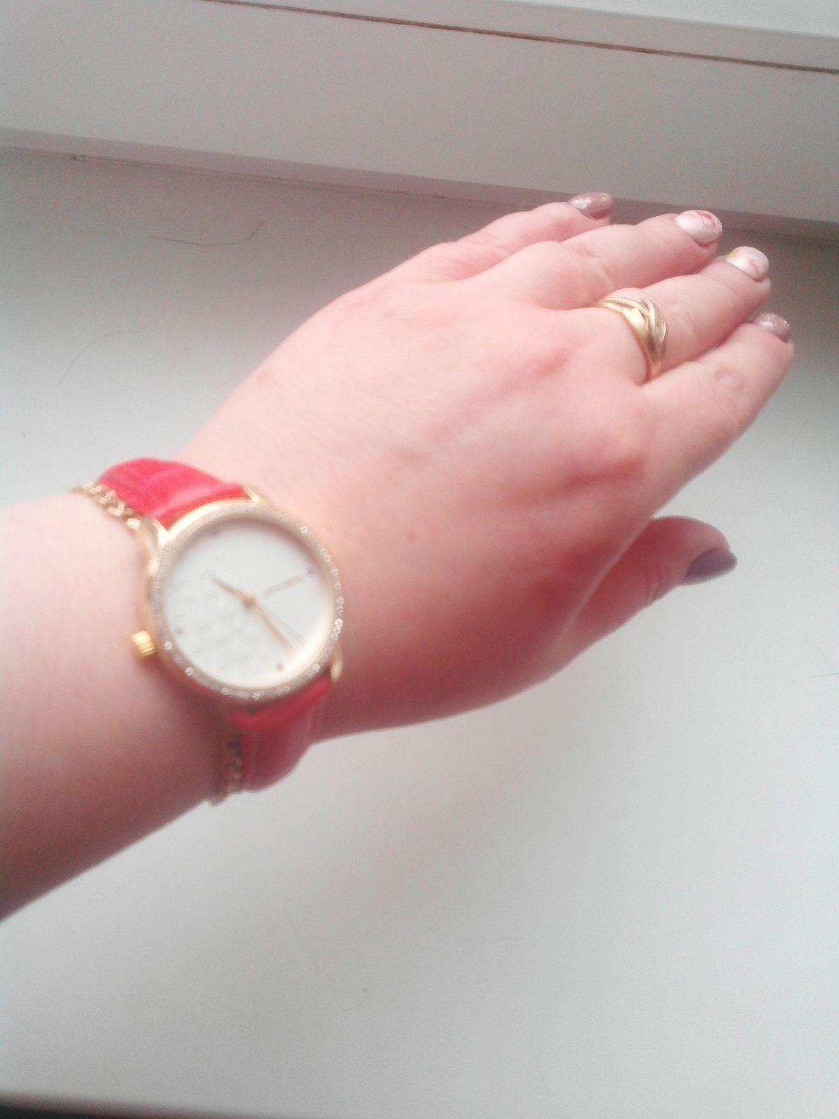 Часы Супер.Очень красивые,модные и яркие.Смотрятся классно.Браслет удобный.