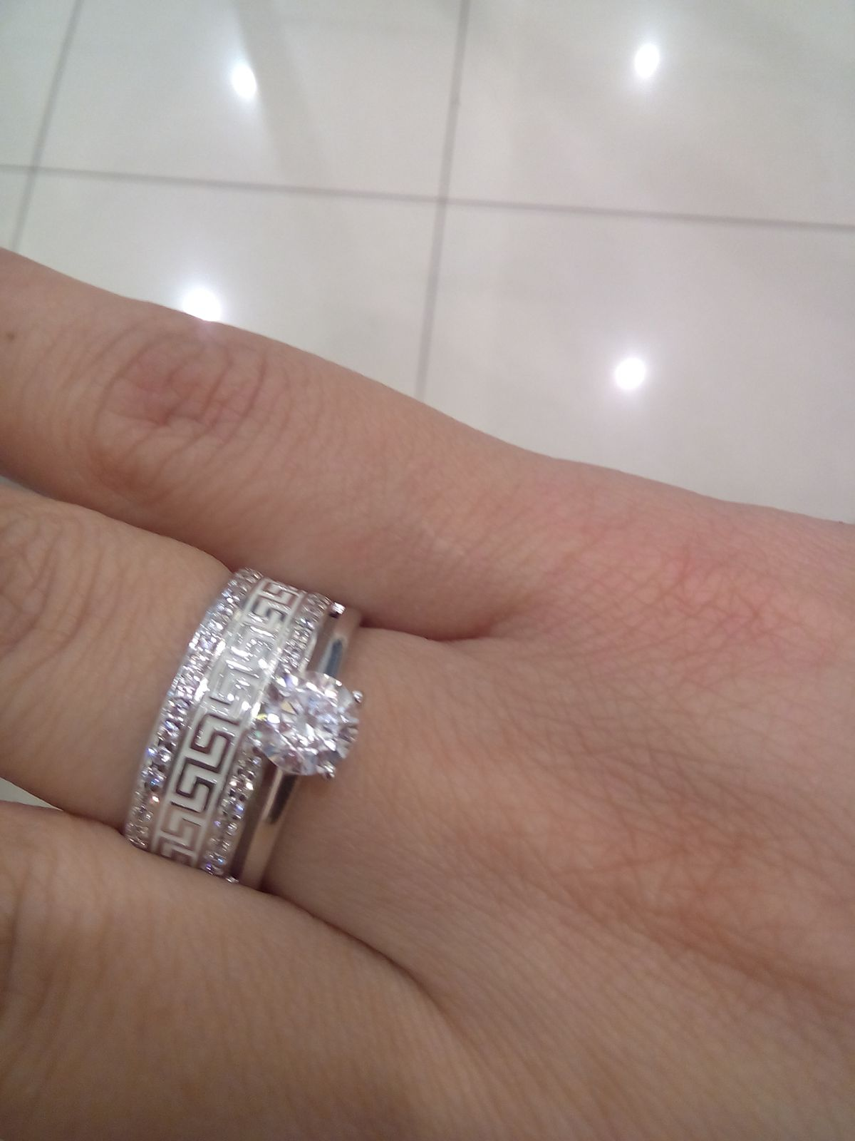 Шикарное кольцо с белой эмалью.