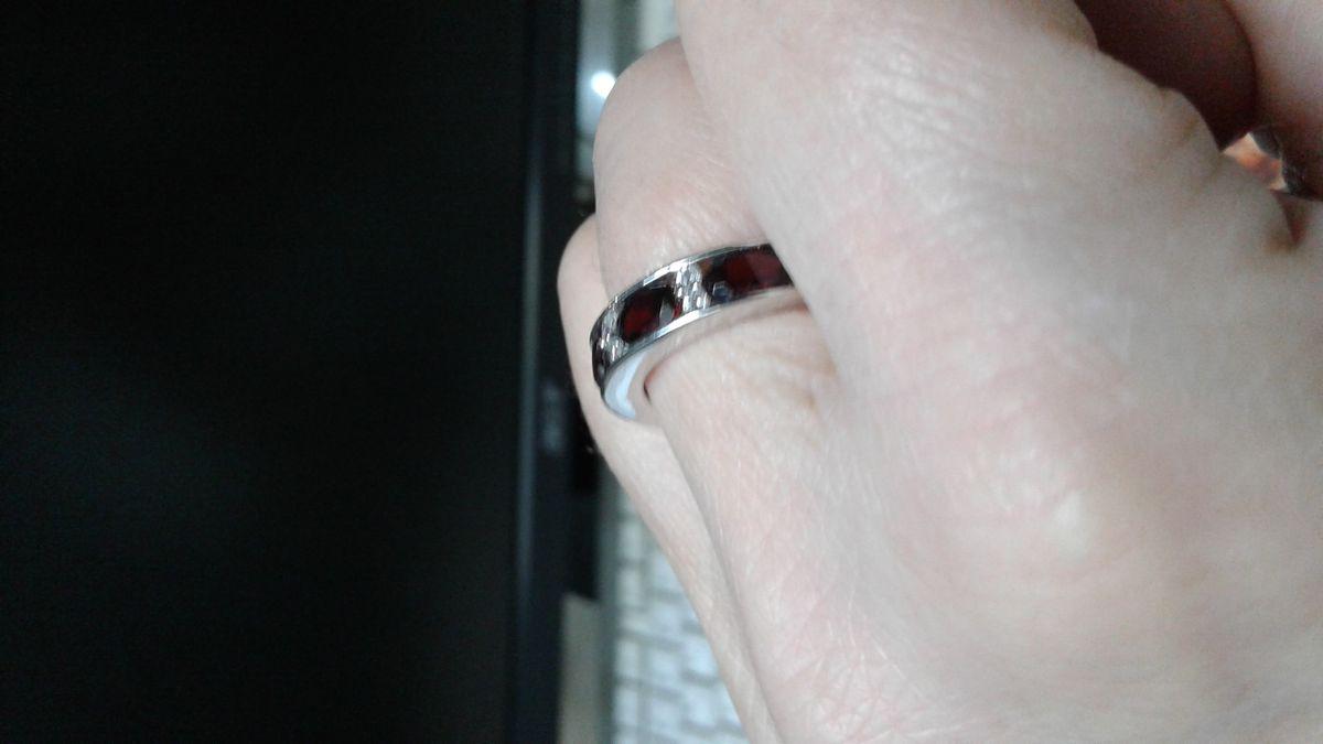 Кольцо с дорожкой гранатов