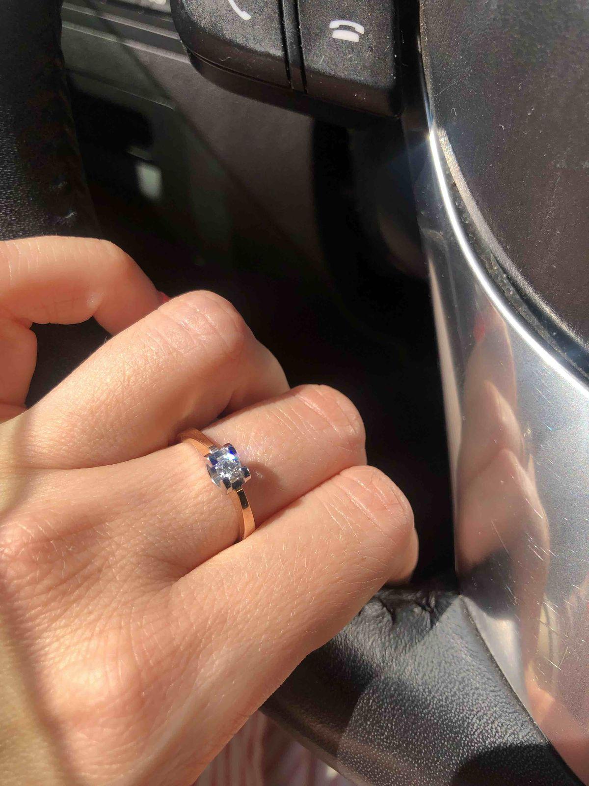 Красивое и интересное кольцо с довольно крупным бриллиантом!