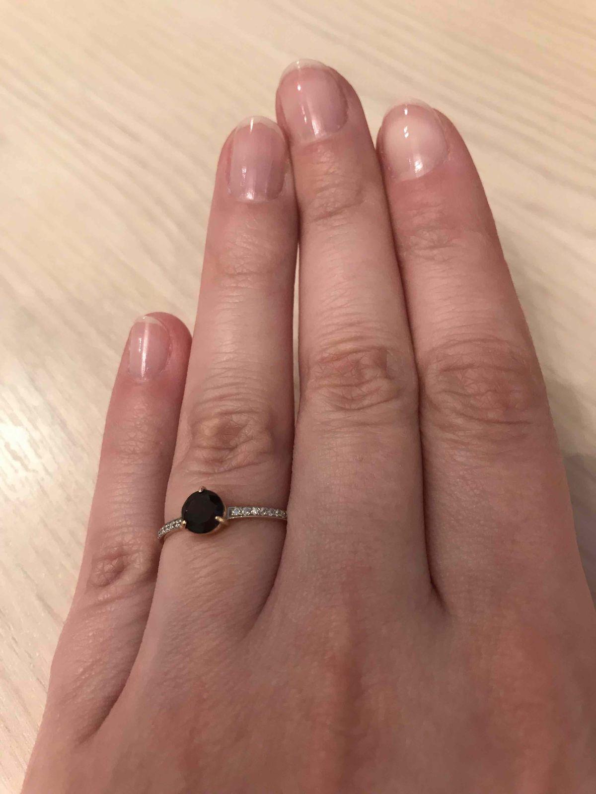 Изысканное кольцо из красного золота с гранатом и фианитами