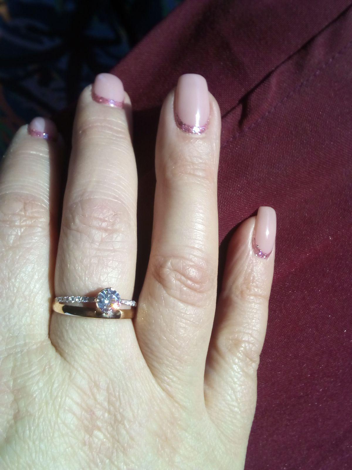 Кольцо с красивыми фианитами...