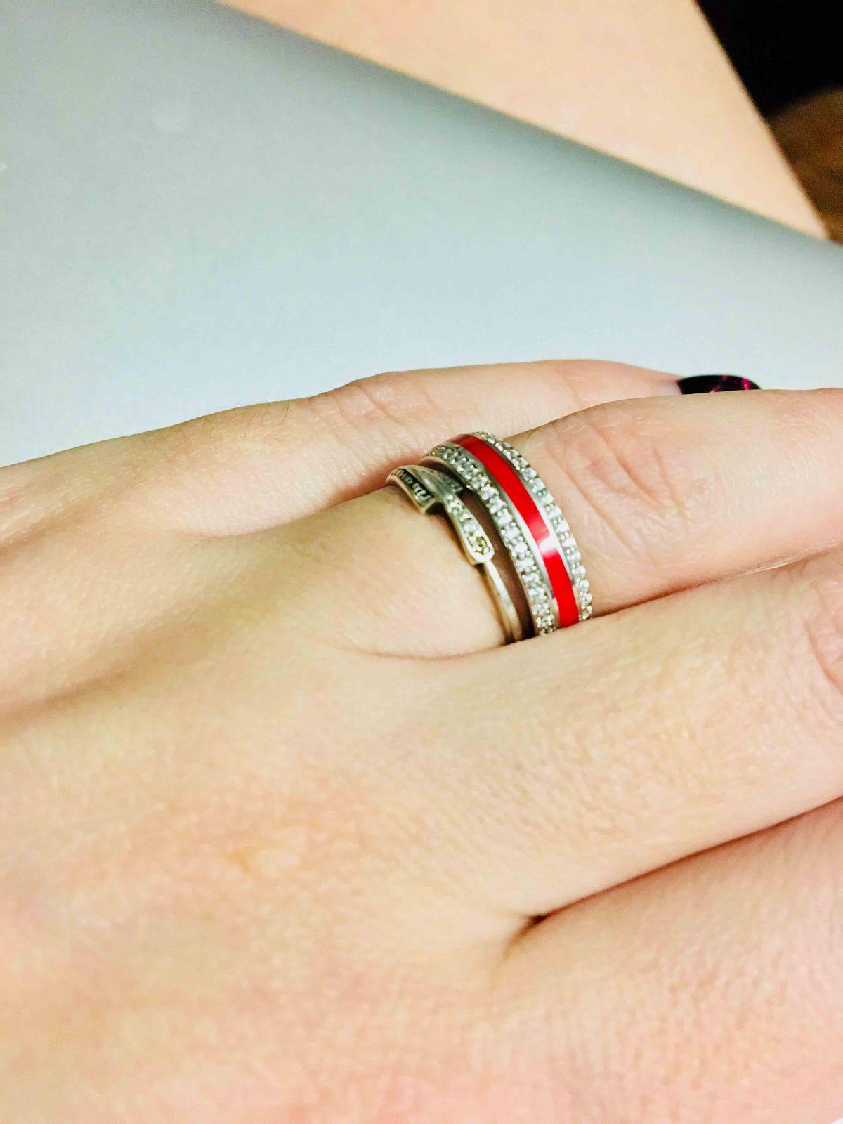 Кольцо из серебра с фианитами и полоской из керамики