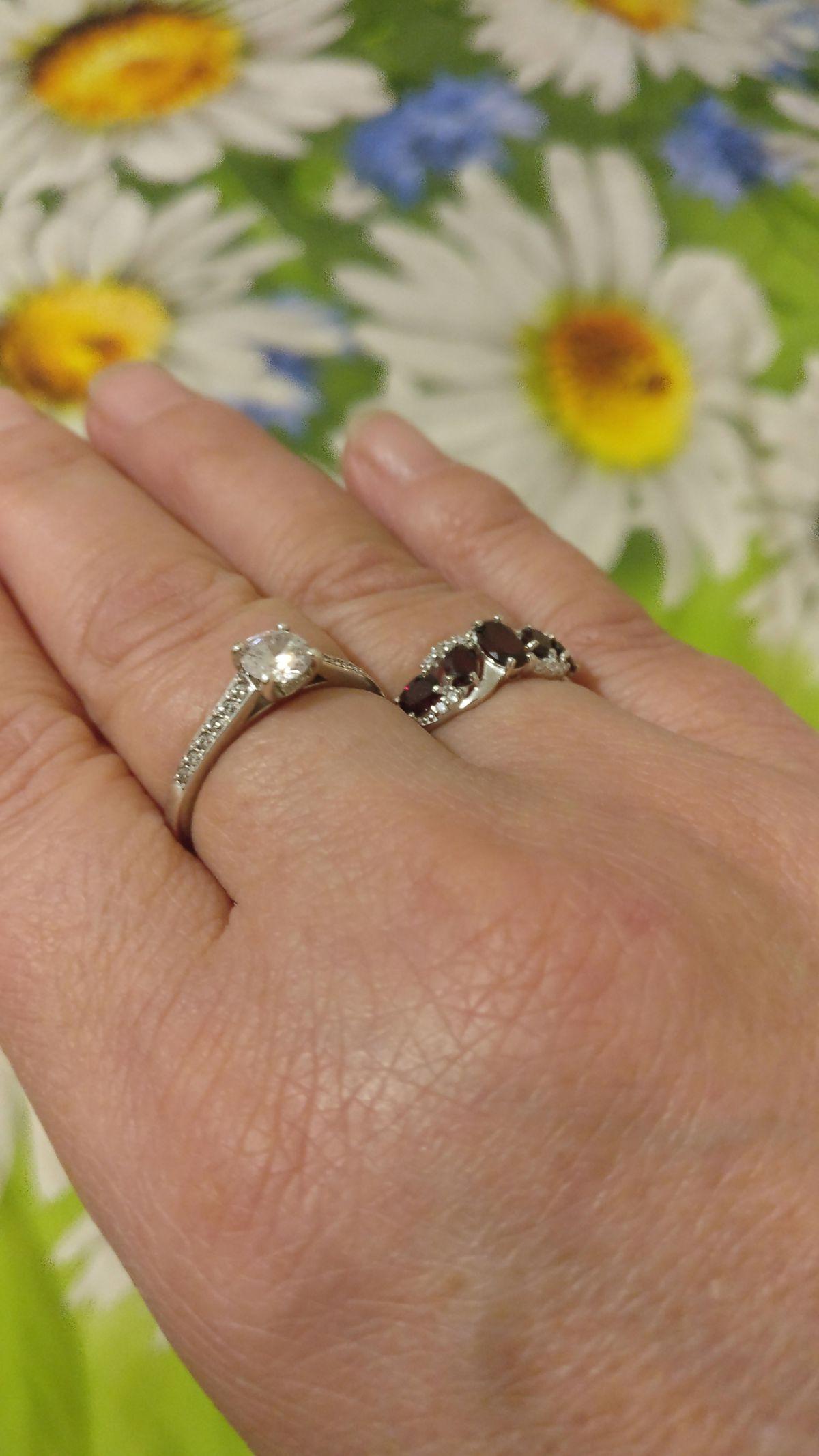 Серебряное кольцо с фианитами и гранатами