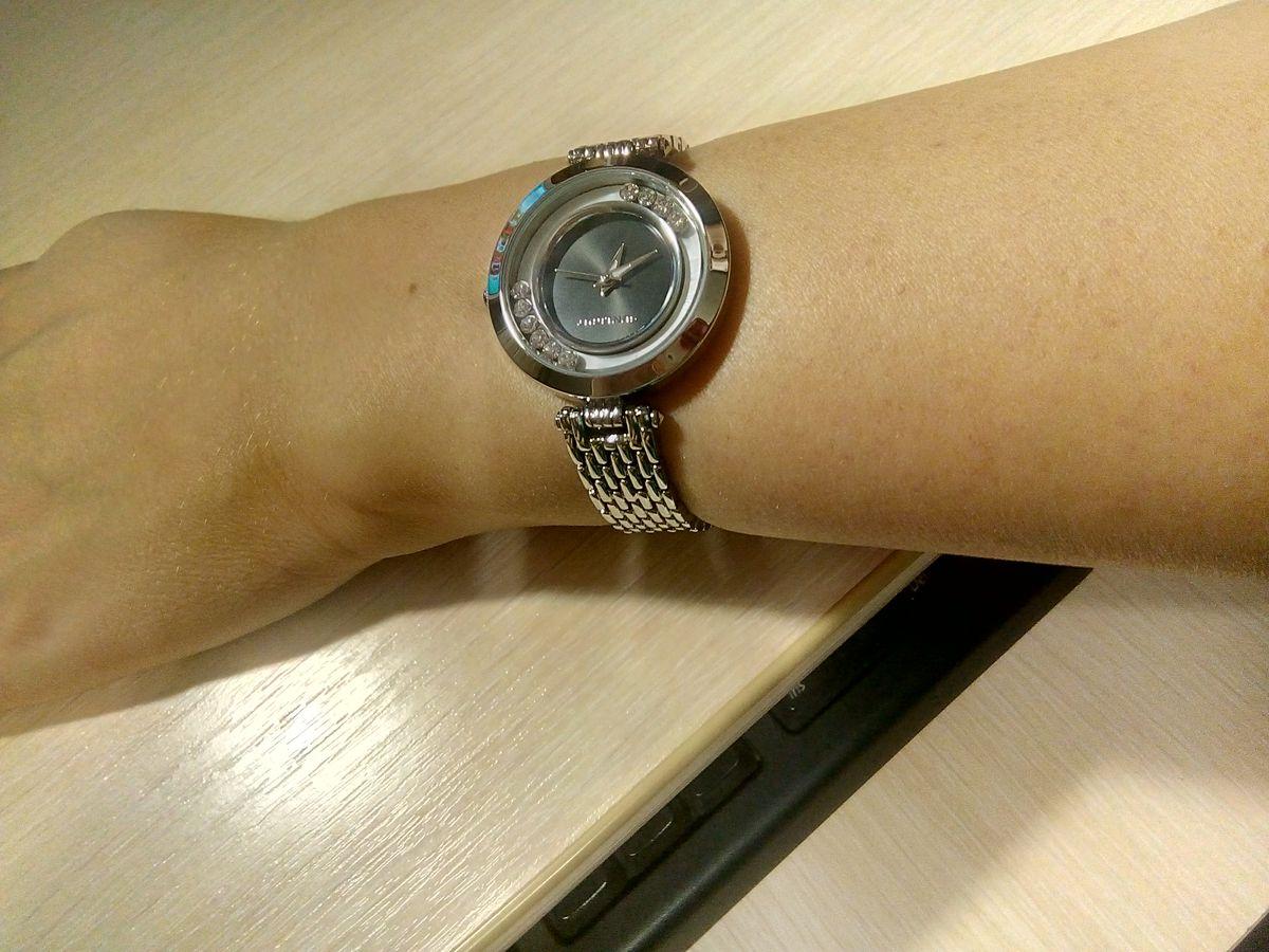 Стильные часы со стразами.