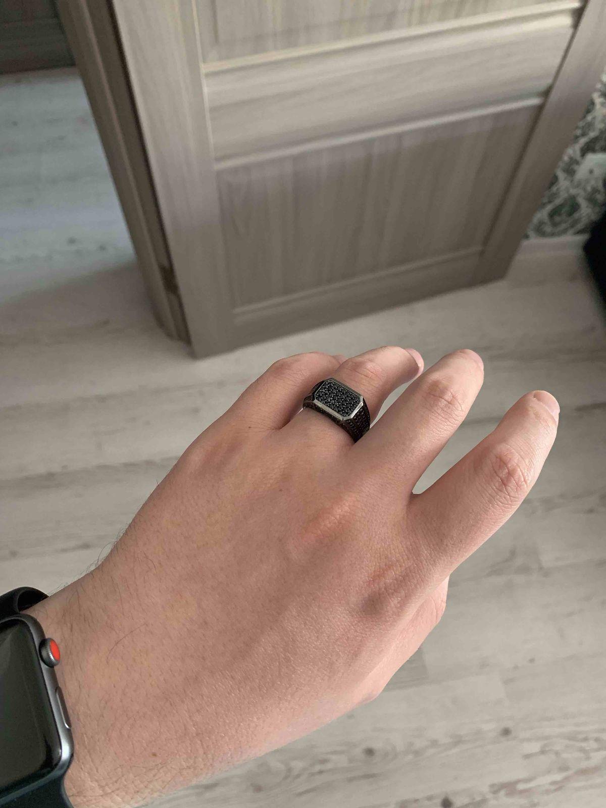 Кольцо интересное, достаточно громоздкое, тяжелое. блестит,яркое, большое.