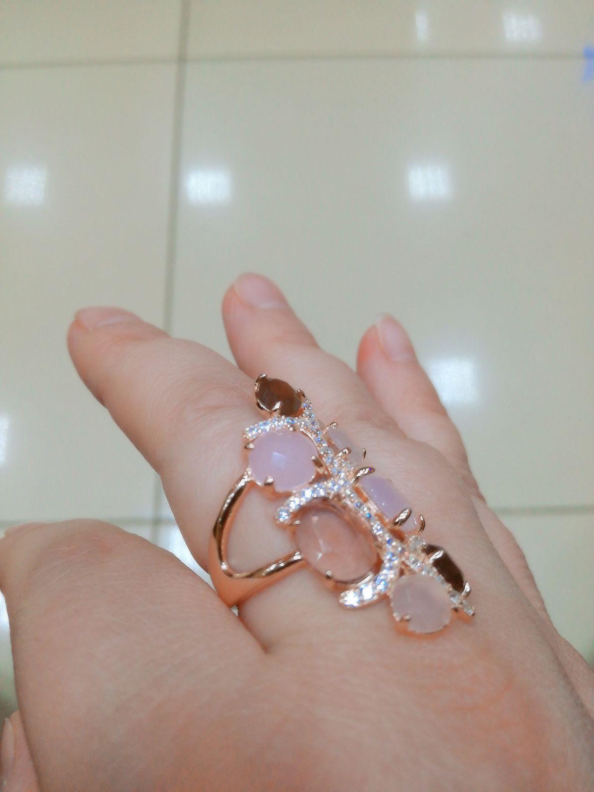Кольцо с искусственным алпанитом и фианитами .