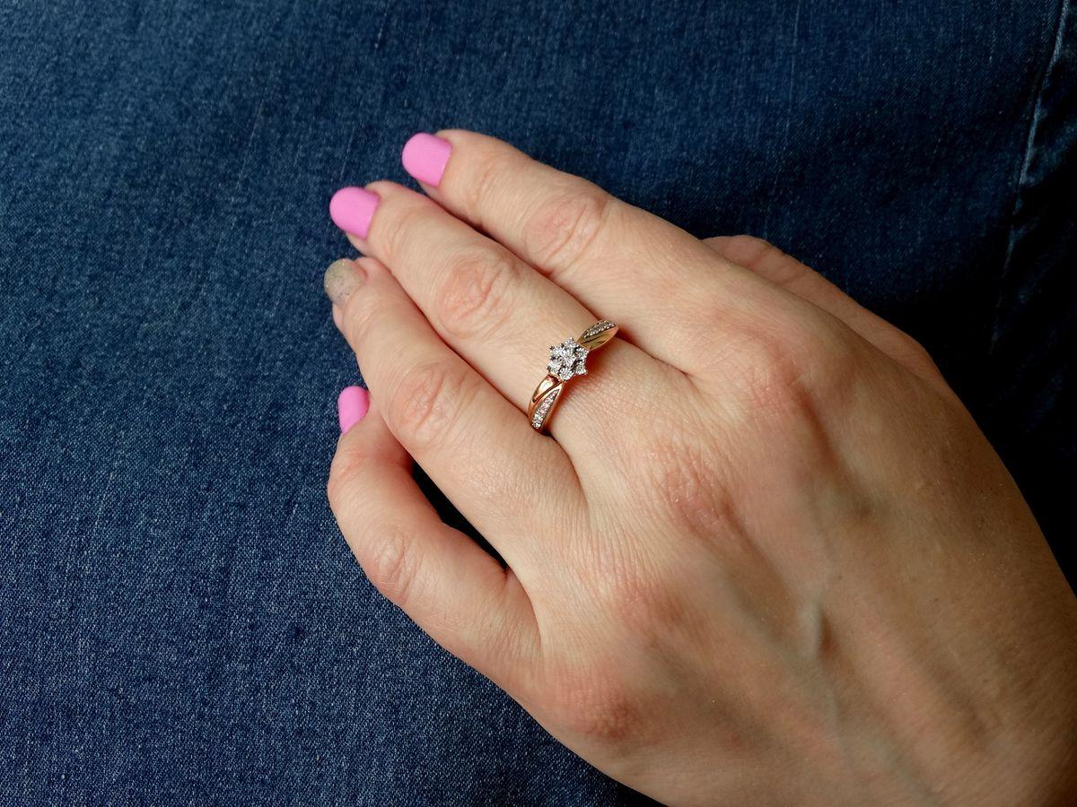 Золотое кольцо с бриллиантами - всегда отличный подарок!