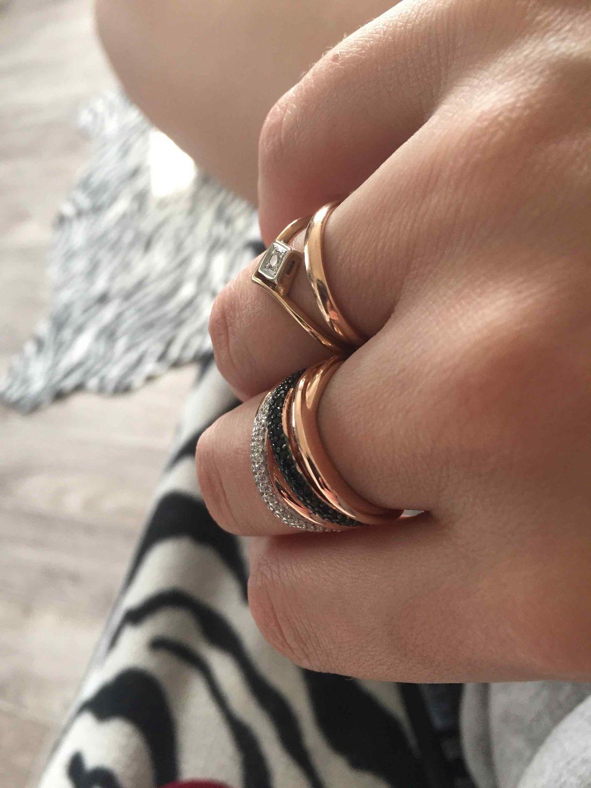 Очень красивое кольцо, целенаправленно пришла за ним, смотрится как золото.