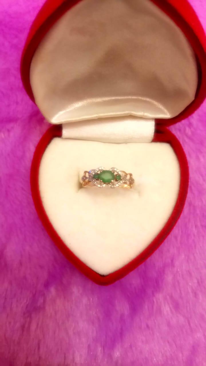 Кольцо с изумрудом и бриллиантами:)