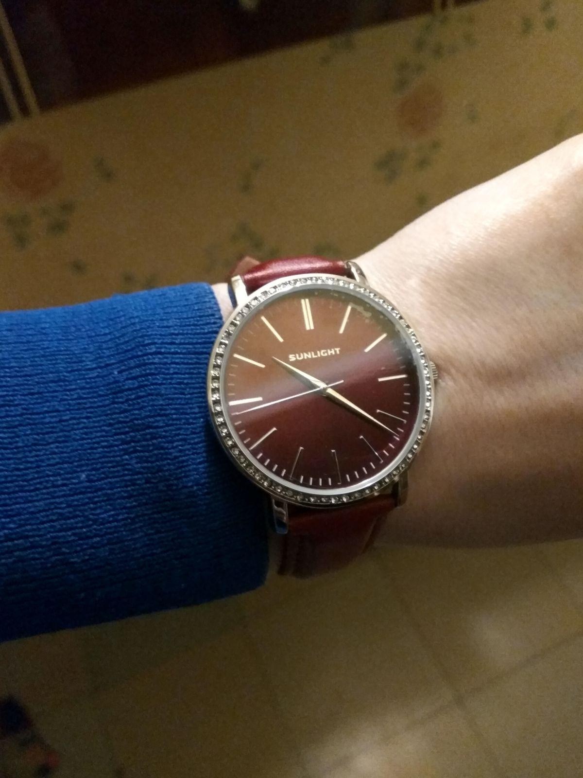 Бордовые часы.