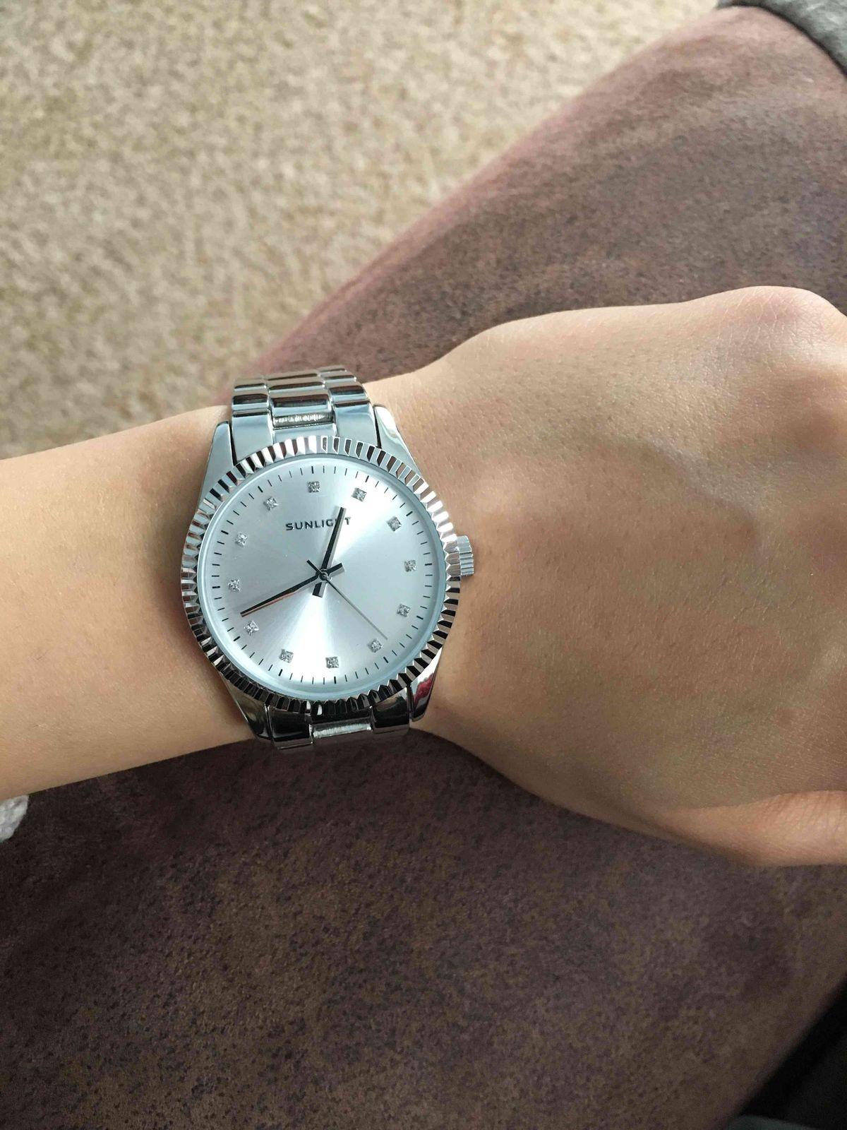 Часы очень элегантные , смотрятся на руке очень аккуратно