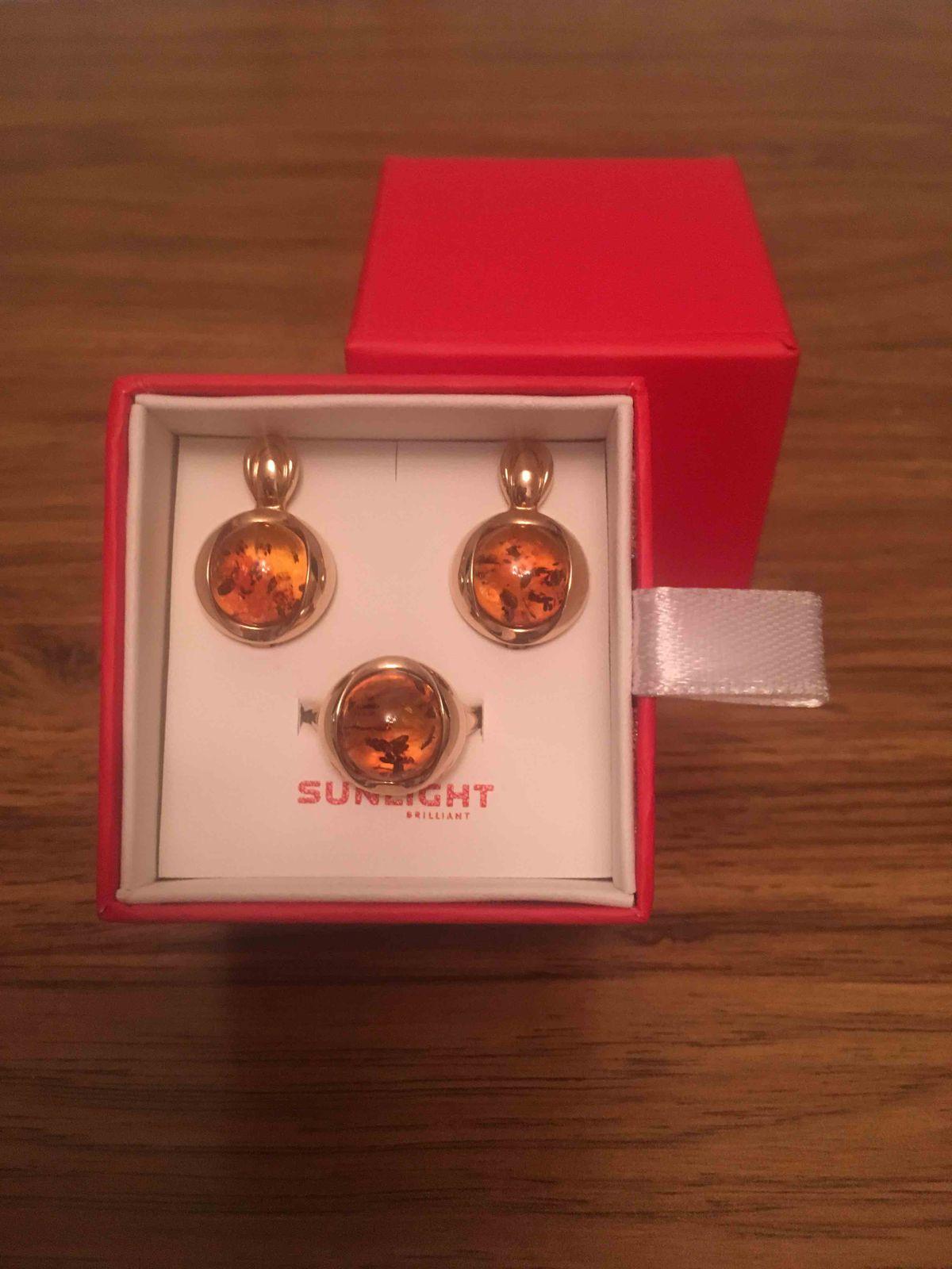 Золотые серьги и кольцо с янтарем