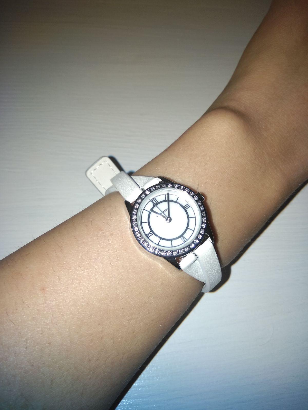 Часы серебристые с кристаллами с белым ремешком