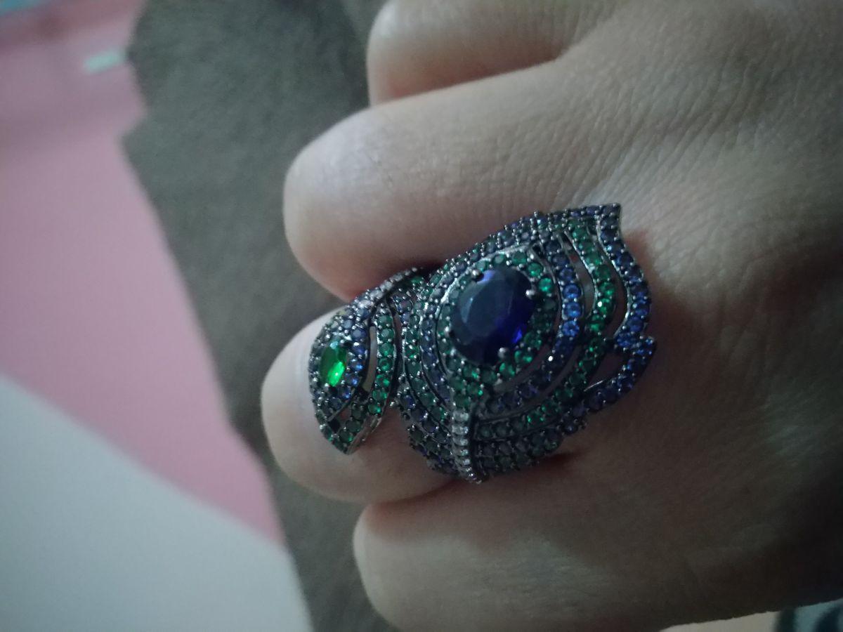 Кольцо в виде перьев павлина.