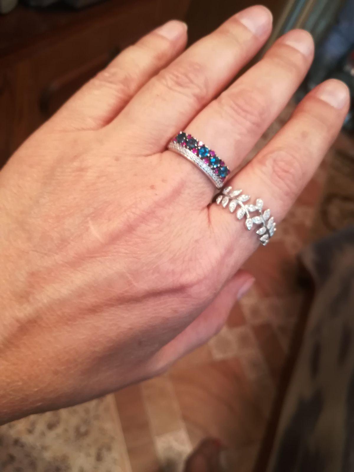 Не кольцо, а лавровый венок, только на пальце.