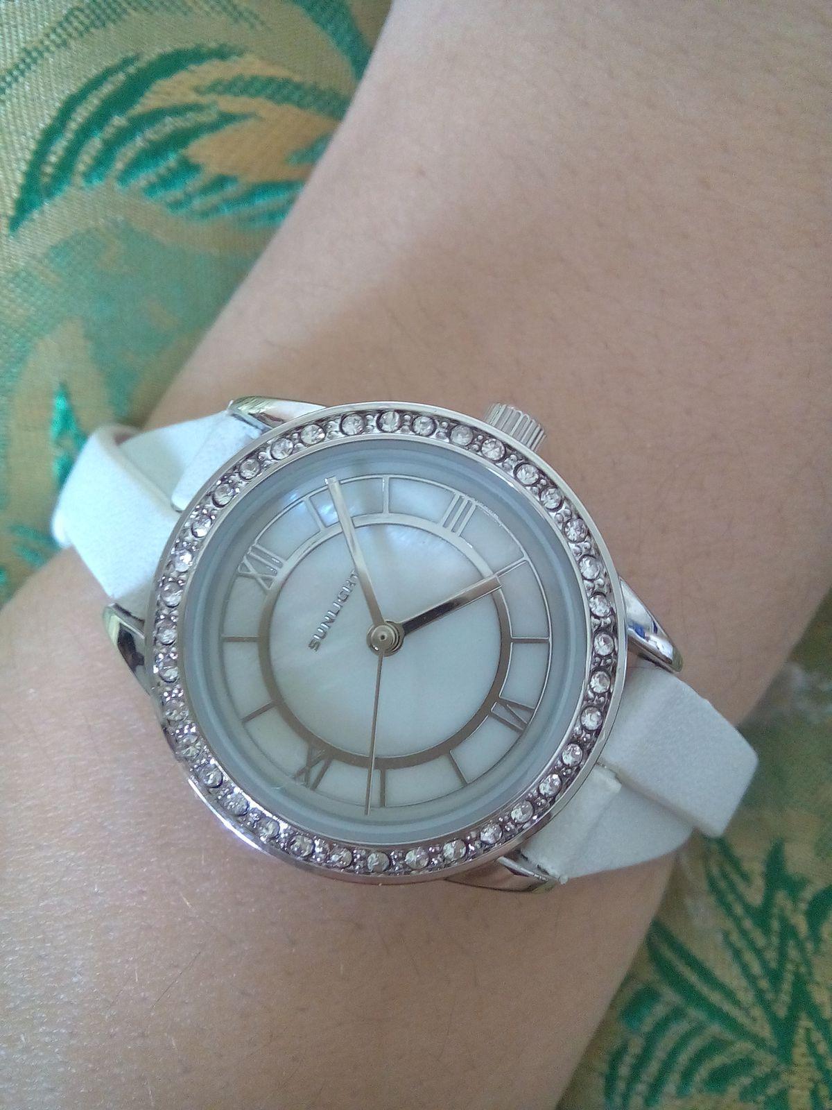 Часы женские с кристалликами на кожаном ремешке