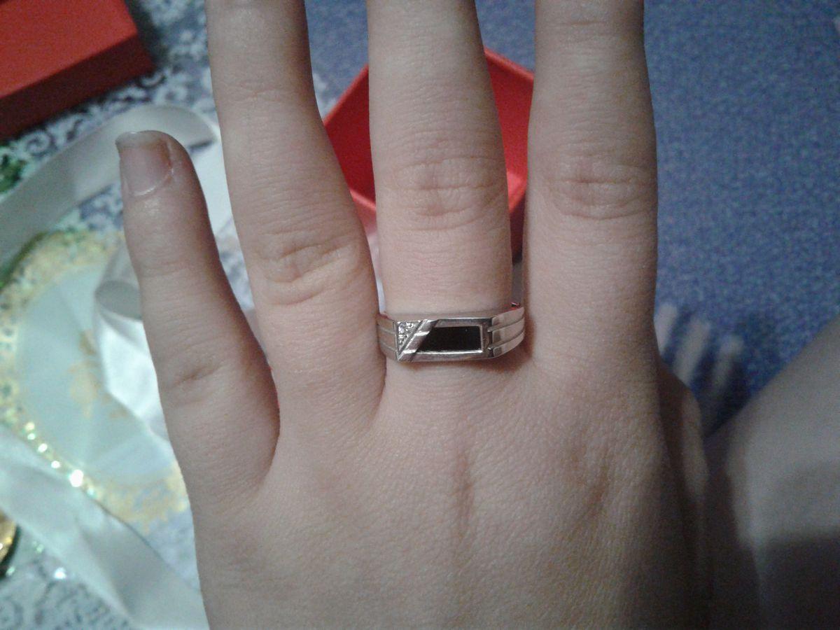 Не широкое серебряное кольцо с ониксом и фианитами
