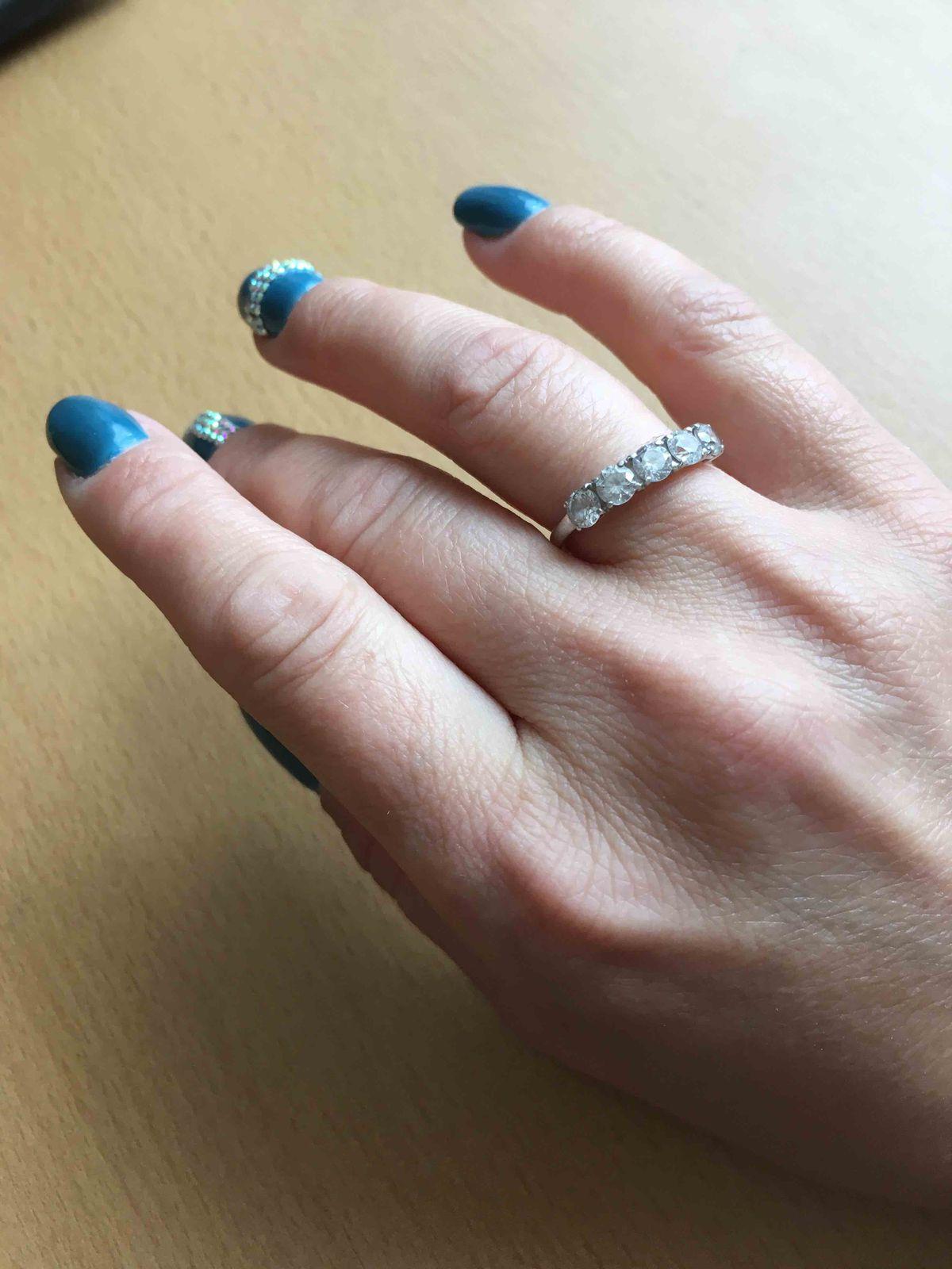 Шикарное кольцо с камнями