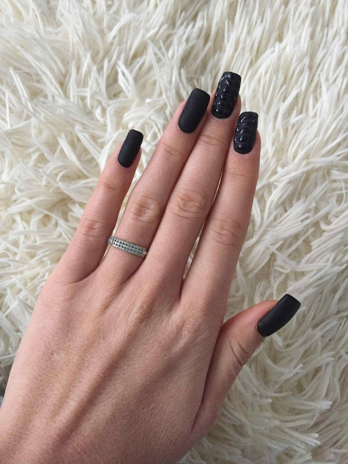 Очень красивое серебрянное кольцо с искуственными камнями. Очень довольна.