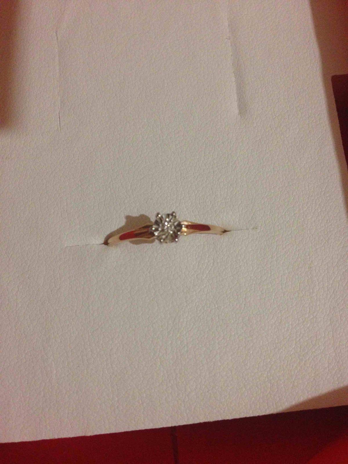 Прекрасное золотое кольцо с милым бриллиантиком.