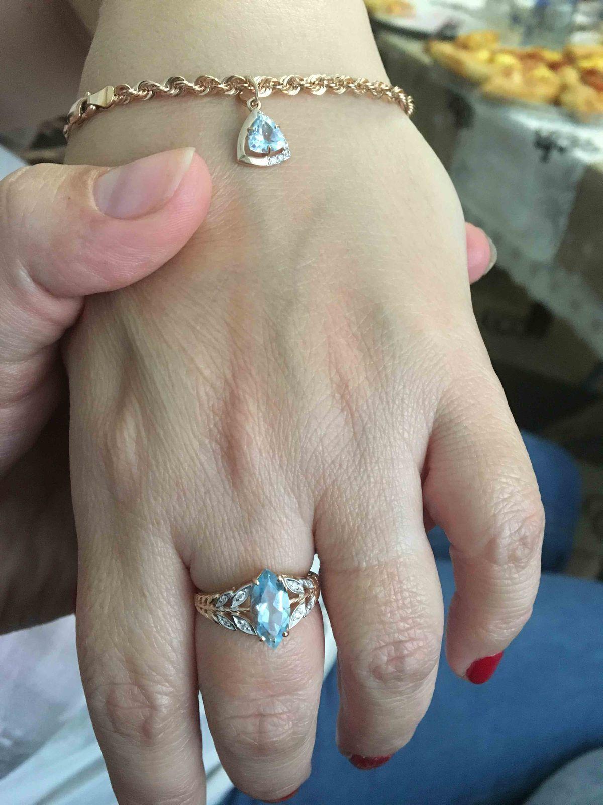 Золотое кольцо с топазом и фианитом