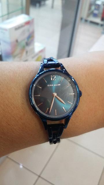 Часы на синем металличесеом браслете