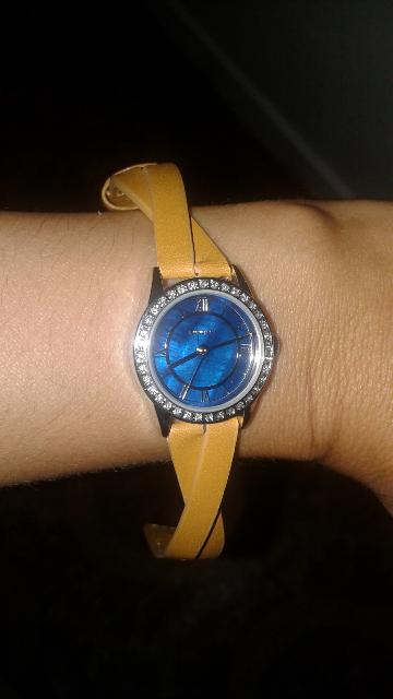 Женские часы с кристаллами.