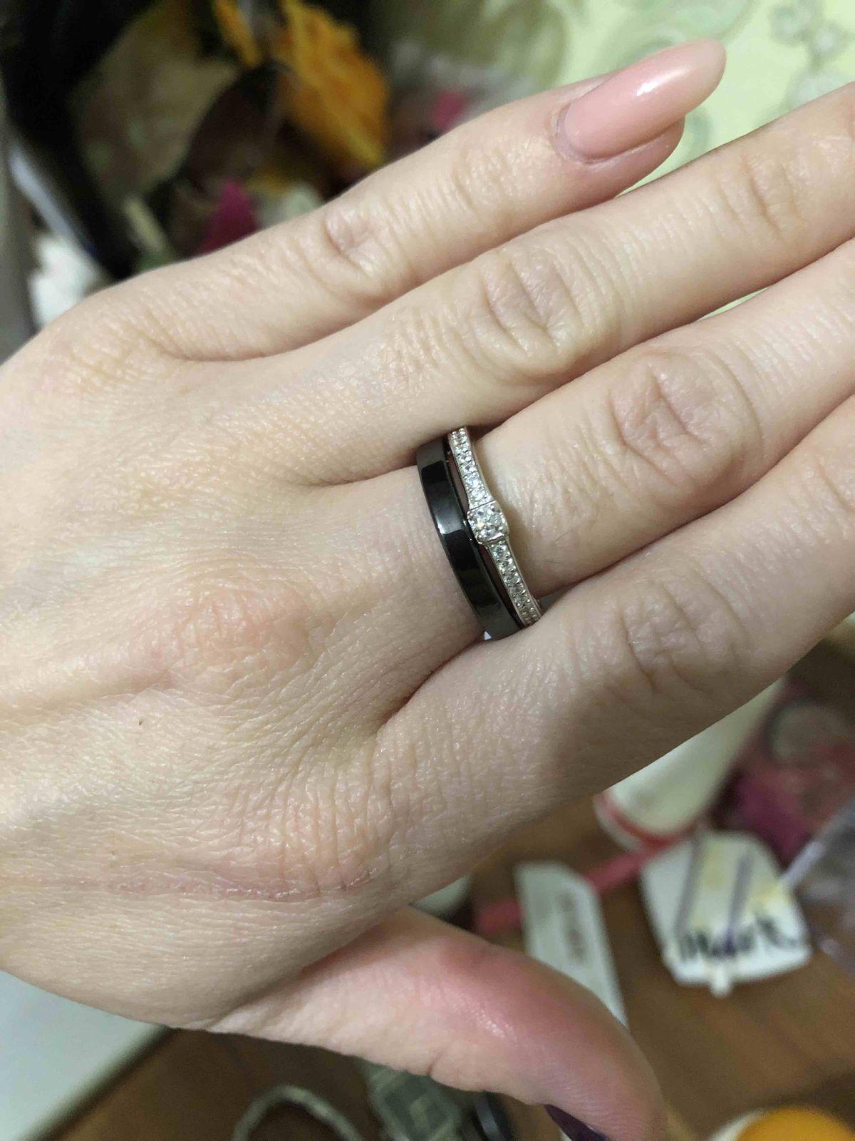 Очень красивое кольцо, хорошо, что их 2 и можно носить отдельно )