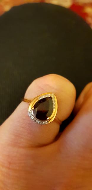 Прекрасный гранат в компании бриллиантов